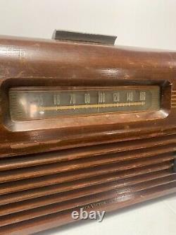 1948 RCA VICTOR VICTROLA MODEL 77U TUBE RADIO RECORD PLAYER (powers on)