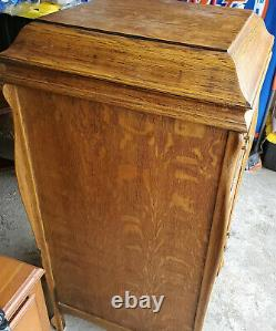 Antique 1900s Victor Victrola phonograph cabinet record player with records