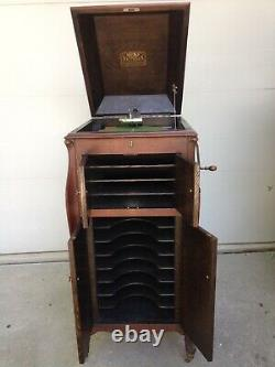 Antique 1920 VV-XI Victor Victrola phonograph cabinet record player with 22 record