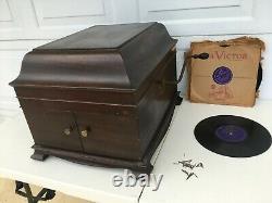 Victor Talking Machine VV-IX Hand Crank Record Player & 10 records 50 needles